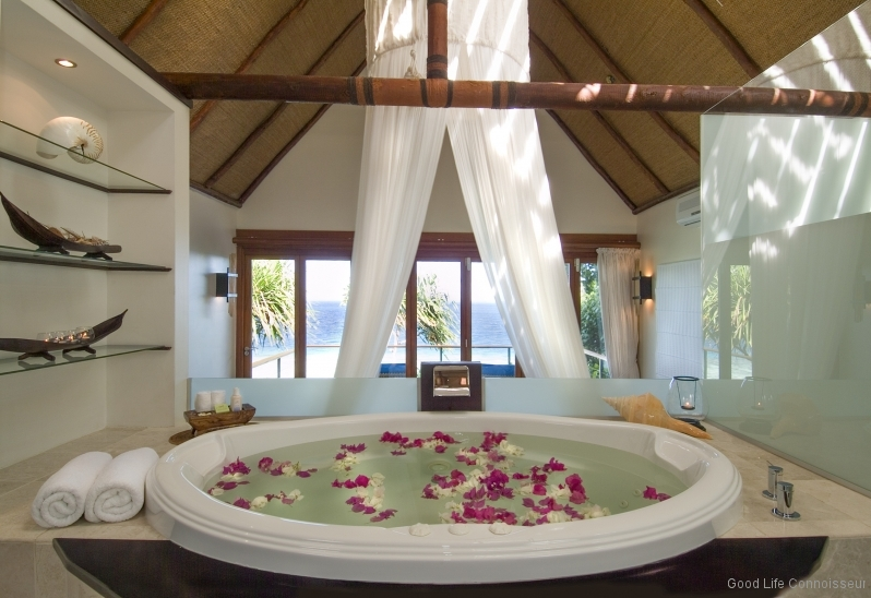 RoyalDavuiDavui-Suite-Bathroom-Jacuzzi